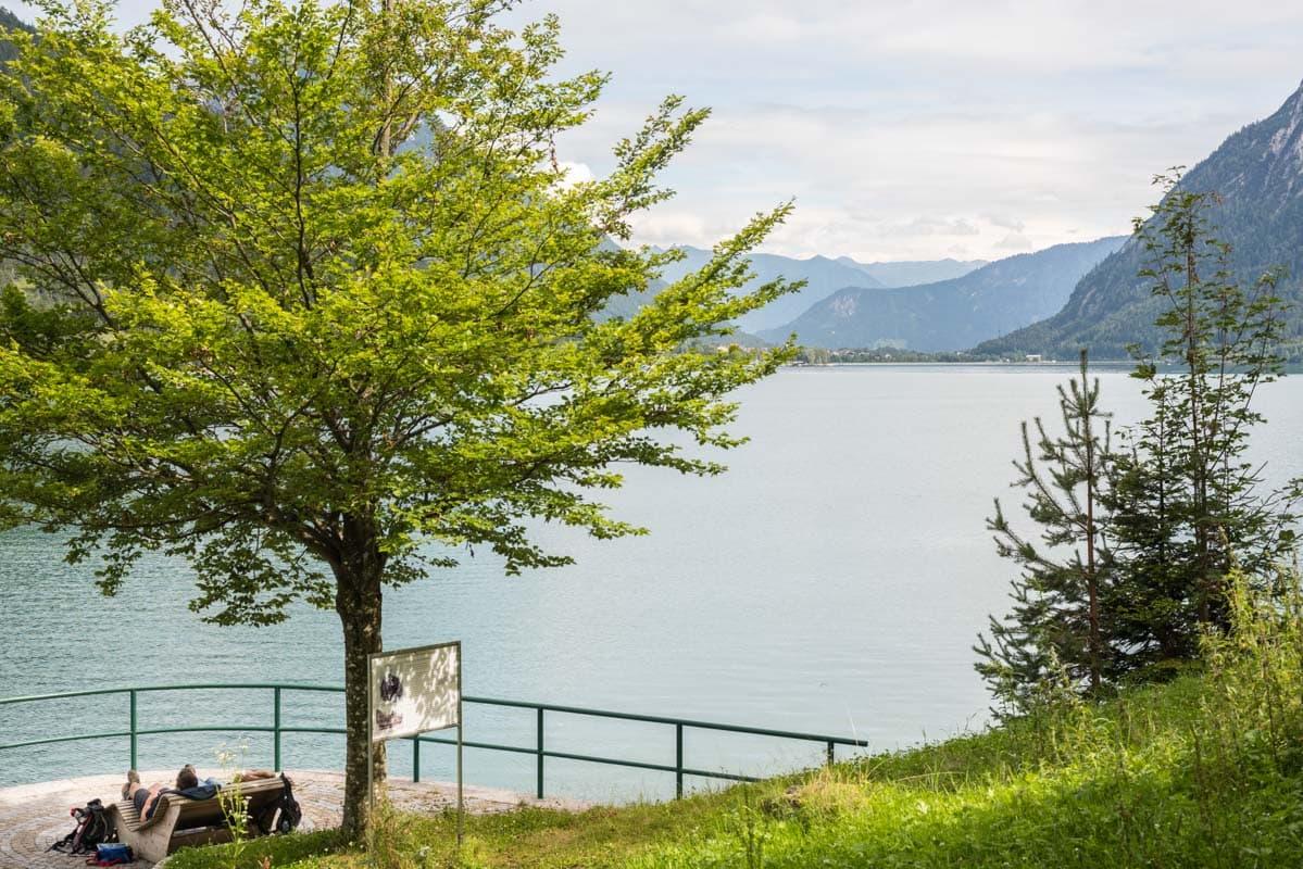 Mooi uitzicht over de Achensee met op de achtergrond het Rofan gebergte